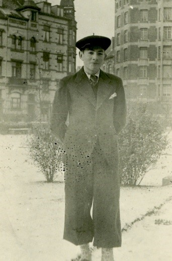 1939 – Henry in his new Bar Mitzvah suit